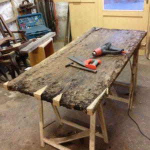 Consolidamento ed innesto di piccole parti in legno nella parte superiore (piano).